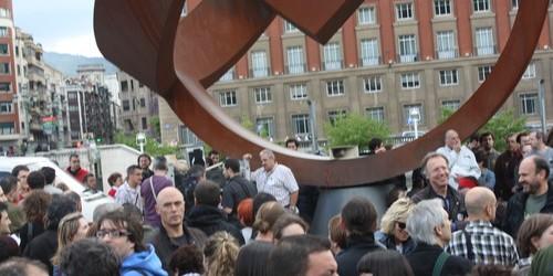 Frente al Ayuntamiento de Bilbao y junto a la escultura de Jorge Oteiza, unas 1.000 personas se han reunido hoy para tomar la calle y reivindicar una democracia real. Durante...